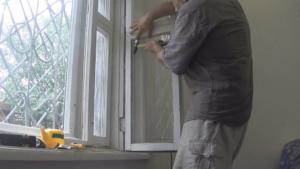 Правила и этапы замены разбитого стекла в различных конструкциях