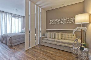 Зонирование, функциональность и декор - варианты использования перегородки в гостиной