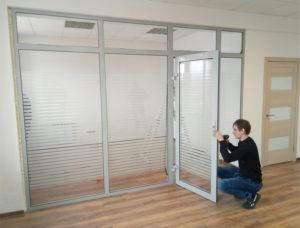 Установка стеклянных перегородок: способы монтажа, инструкция, стоимость